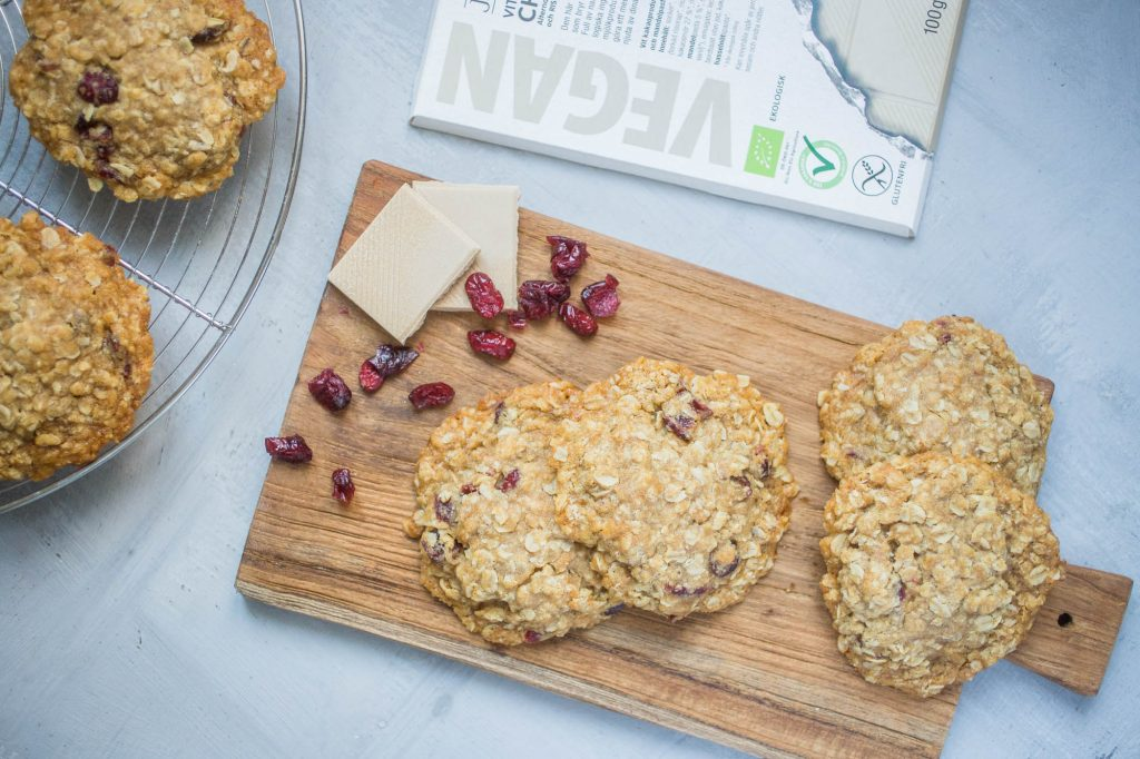 Vegan oatmeal cookies with white chocolate and cranberries 1